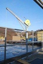 DOSTAWA GRATIS! 53372537 Żuraw ze stopą i wciągarką ręczną z liną AISI316 12m (udźwig: 250 kg, wysokość podnoszenia: 1945-2440 mm)